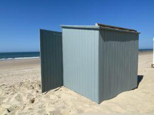 Strandhuisje geverfd in zeeland